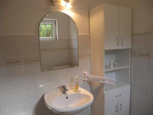 Ein Badezimmer in der Unterkunft Apartment Balatonkeresztur 6