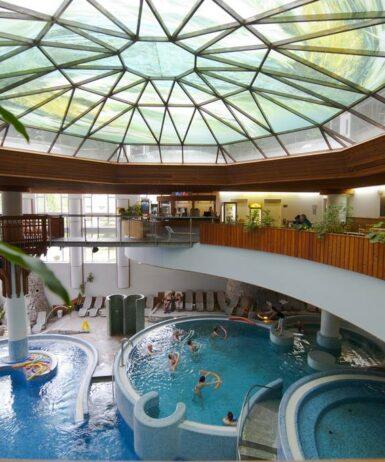 Der Swimmingpool an oder in der Nähe von MenDan Magic Spa & Wellness Hotel