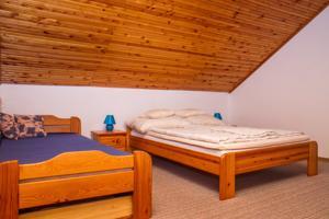 Ein Bett oder Betten in einem Zimmer der Unterkunft Familia nyaraló 16
