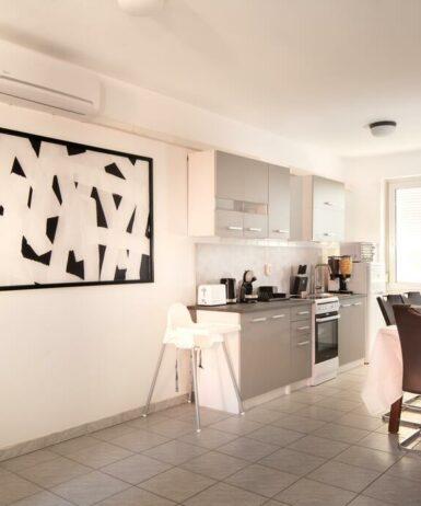 Küche/Küchenzeile in der Unterkunft Grand Apartmanház Gyenesdiás